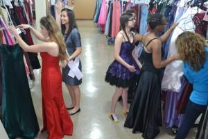 Organización-regala-vestidos-de-fiesta-de-promoción-a-adolescentes-de-Chicago.jpg