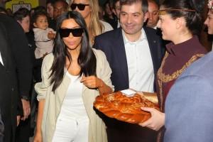 kim-kardashian-recibe-una-multitudinaria-bienvenida-a-su-llegada-a-armenia.jpg
