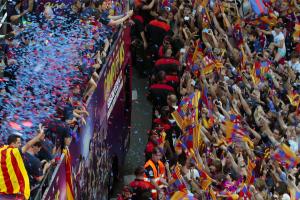 Los jugadores del FC Barcelona recorren en autobús las calles de Barcelona, para celebrar con la afición el título de Liga de Campeones logrado ayer tras vencer al Juventus de Turín en el estadio Olímpico de Berlín. EFE/Alberto Estévez