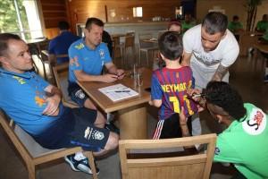 neymar-firma-una-camiseta-del-barcelona-al-hijo-del-argentino-dalessandro-.jpg