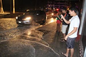 Turistas en Puerto Vallarta (México) toman fotografías de las afectaciones del hurácan Blanca. EFE/ Javier Pérez