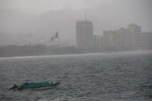 La-tormenta-tropical-Carlos-causa-la-primera-muerte-en-el-oeste-de-Mexico-650x432