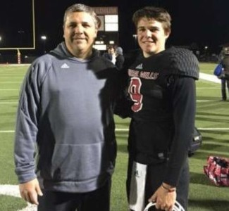 El coach Gerald Perry y su hijo Tristan Perry del equipo Mineral Wells Foto: Divulgación twitter