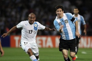 BAS24- MENDOZA (ARGENTINA) 12/10/2012 - Lionel Messi (d) de Argentina y Egidio ArÈvalo (i) de Uruguay luchan por el balÛn hoy, viernes 12 de octubre de 2012, durante un partido de las eliminatorias sudamericanas para Brasil 2014 en el estadio Malvinas Argentinas de Mendoza (Argentina). EFE/LEO LA VALLE