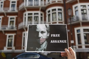 Assange-cumple-tres-anos-en-la-embajada-de-Ecuador-en-Londres-650x419