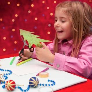 niña haciendo tarjeta de navidad