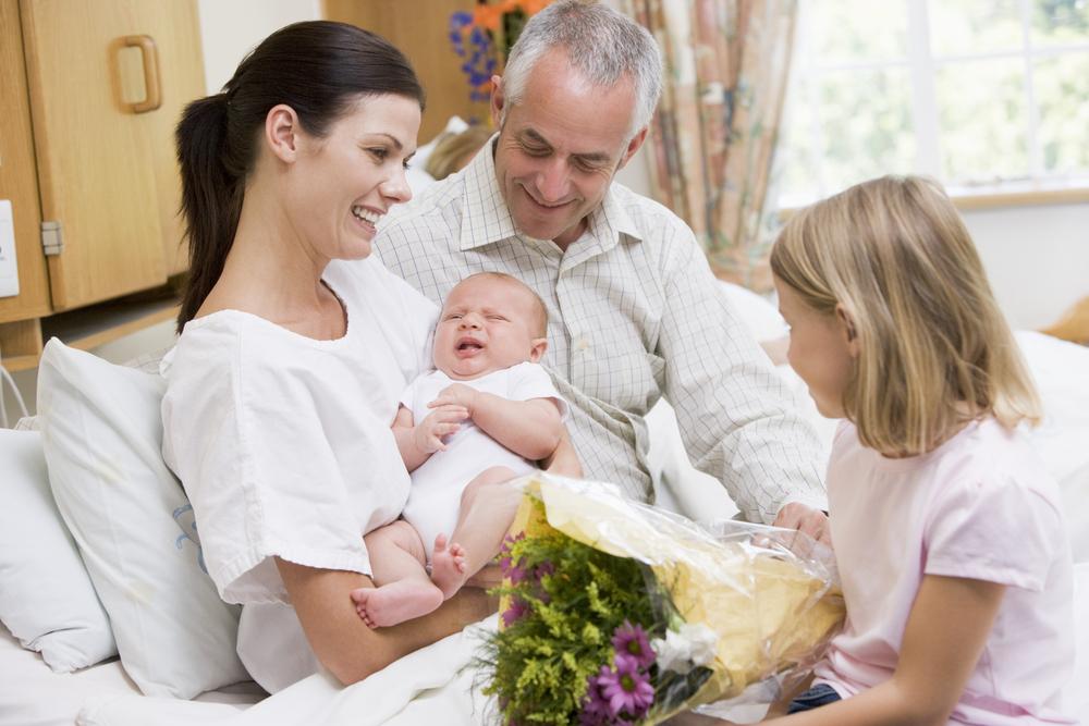 Cómo evitar agobiarse con las visitas cuando nace tu bebé