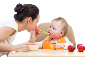 ¡Llegó la hora de darle de comer al bebé!