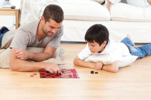 """Papás con """"alta autoestima"""" se involucran más con sus hijos"""