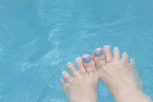¿Cómo puedo aliviar la hinchazón de los pies durante el embarazo?
