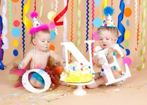 Aplastar un pastel para celebrar el primer cumpleaños