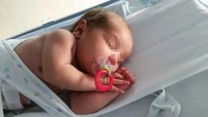 El bebé descansando en una cuna del Hospital de Henares. Foto: Elpais.com