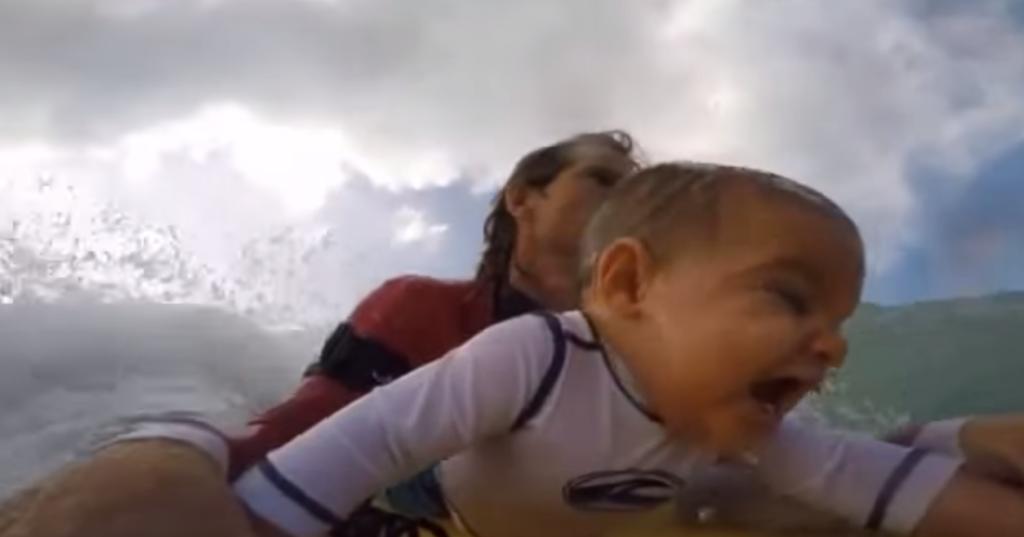 Bebé de 9 meses surfeando con su padre