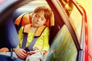 3 poderosas razones para no dejar a tu hijo en el auto