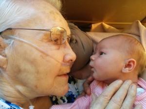 Bisabuela de 92 años conoce a su nueva bisnieta