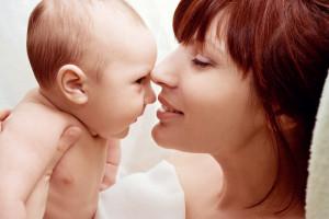 ¿Está bien besar a los niños en la boca?