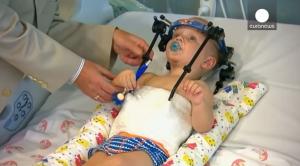 Unen cabeza de bebé a columna vertebral