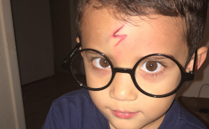 Mamá ingeniosa transforma a su hijo en Harry Potter