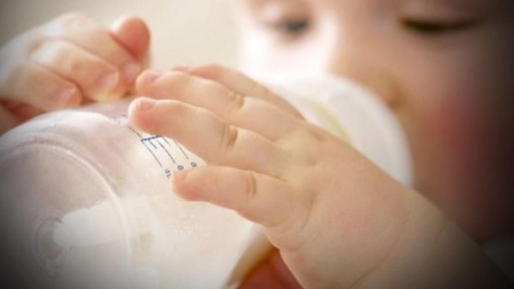 """¿Por qué no la leche artificial?. Las preparaciones para lactantes no contienen los anticuerpos que hay en la leche materna. Los beneficios de la lactancia materna para las madres y los niños no pueden obtenerse con leches artificiales. Si no se elaboran adecuadamente, conllevan posibles riesgos asociados al uso de agua insalubre y de material no esterilizado, o a la posible presencia de bacterias en la preparación en polvo. Puede producirse un problema de malnutrición si el producto se diluye demasiado para """"ahorrar"""". Mientras que el amamantamiento frecuente mantiene la producción de leche materna, si se usa leche artificial pero de repente se deja de tener acceso a ella, el retorno a la lactancia natural puede ser imposible como consecuencia de la disminución de la producción materna."""