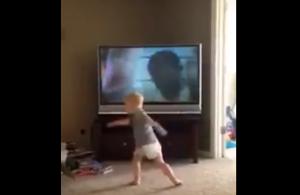 VIDEO: ¡Baby Balboa! imita rutina de ejercicios de Rocky