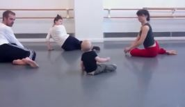 VIDEO: Bebé lidera coreografía en un estudio de baile