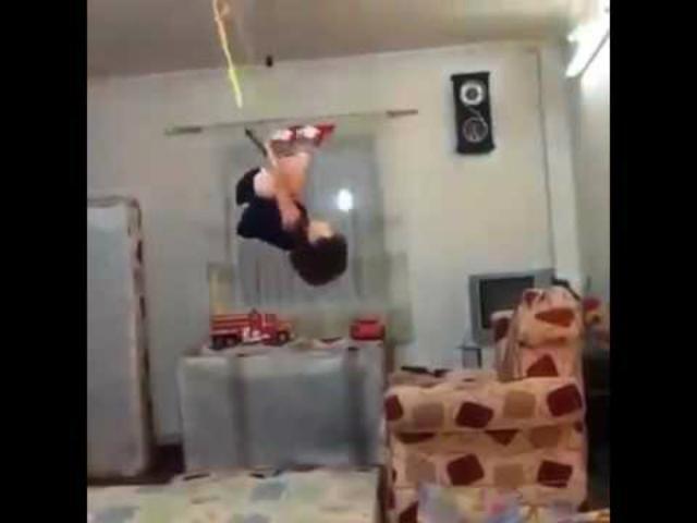 VIDEO: El bebé trapecista