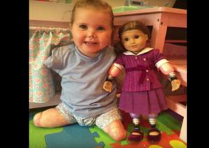 VIDEO: Niña sin extremidades obtiene una muñeca igual a ella