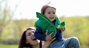 La dolorosa razón por la que no deberías jalar del brazo a tu bebé