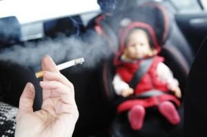 """Será ilegal """"fumar en el automóvil"""" si hay menores a bordo"""