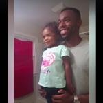 VIDEO: Padre motiva su niña frente al espejo, antes de ir la escuela