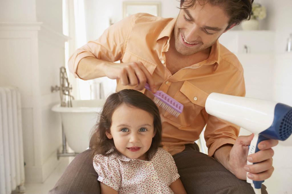 video: padre soltero enseña a 'otros papás' a peinar a sus hijas |
