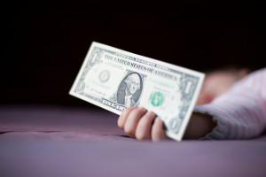 No le des dinero al bebé, estudios revelan cuan sucio es
