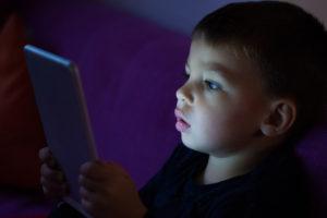 Así es como los aparatos tecnológicos afectan la vista de tu hijo