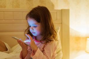 Riesgo de diabetes infantil aumenta junto con su tiempo frente a la pantalla