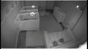 VIDEO: bebés olvidan el sueño y tienen fiesta en la habitación