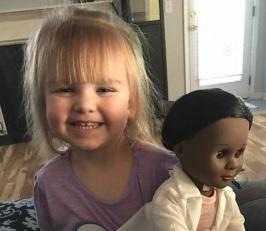 Niña deja callada a cajera que la cuestionó por comprar esta muñeca