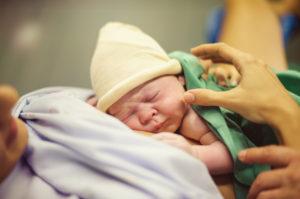 El método de 'madre canguro' recomendado para prematuros