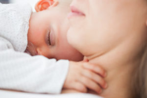 Bebés que nacen por cesárea tienen doble riesgo de ser alérgicos a la leche