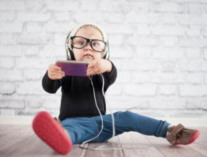 Dejar que un bebé juegue con un dispositivo puede retrasar su habla