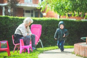 Las tácticas de crianza de los abuelos podrían poner a los niños en riesgo, estudio