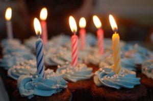 VIDEO: Truco de un bebé para apagar una vela de cumpleaños con un balón