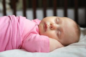 Bebés que no comparten la habitación con sus padres, duermen más