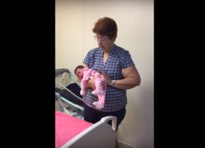VIDEO: Este es el mejor modo de tomar a tu recién nacido correctamente