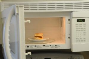 Estos son los alimentos que no deberías calentar en el horno microondas