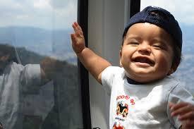 Tu bebé puede reconocer qué objetos te interesan desde su primer año