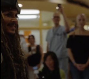 VIDEO: Johnny Depp sorprende a niños de hospital vestido de Jack Sparrow
