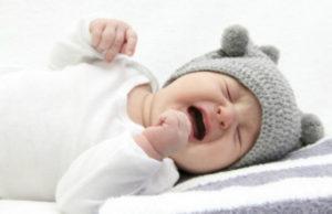 VIDEO: Enternecedor momento en que niño sin manos calma a su hermanito