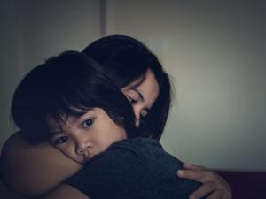 Cómo calmar a los niños durante el paso de un huracán
