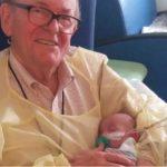 """El abuelo de la """"UCI"""" que presta sus brazos a los bebés prematuros"""