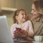 Las mujeres maduras son más pacientes con sus hijos, según estudio